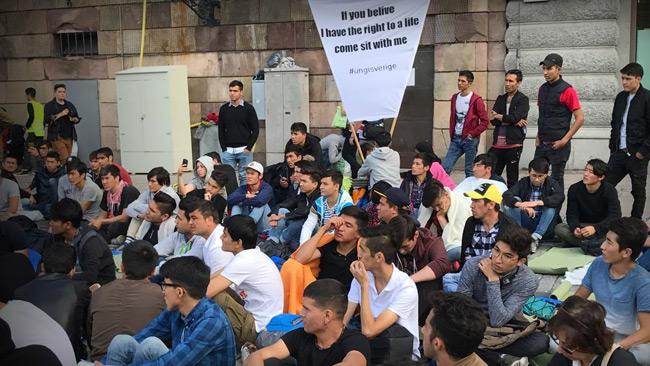 Fotot är taget vid en afghansk sittdemonstration i Stockholm tidigare i år.