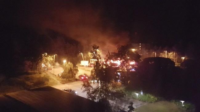 Flera lastbilar i brand och stenkastning mot polis vid oroligheter i Tyresö