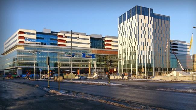 """Miljonbelopp för att byta dörr, bädda sängar och sätta upp hyllor på Nya Karolinska: """"Kostnaderna är inte orimliga"""""""