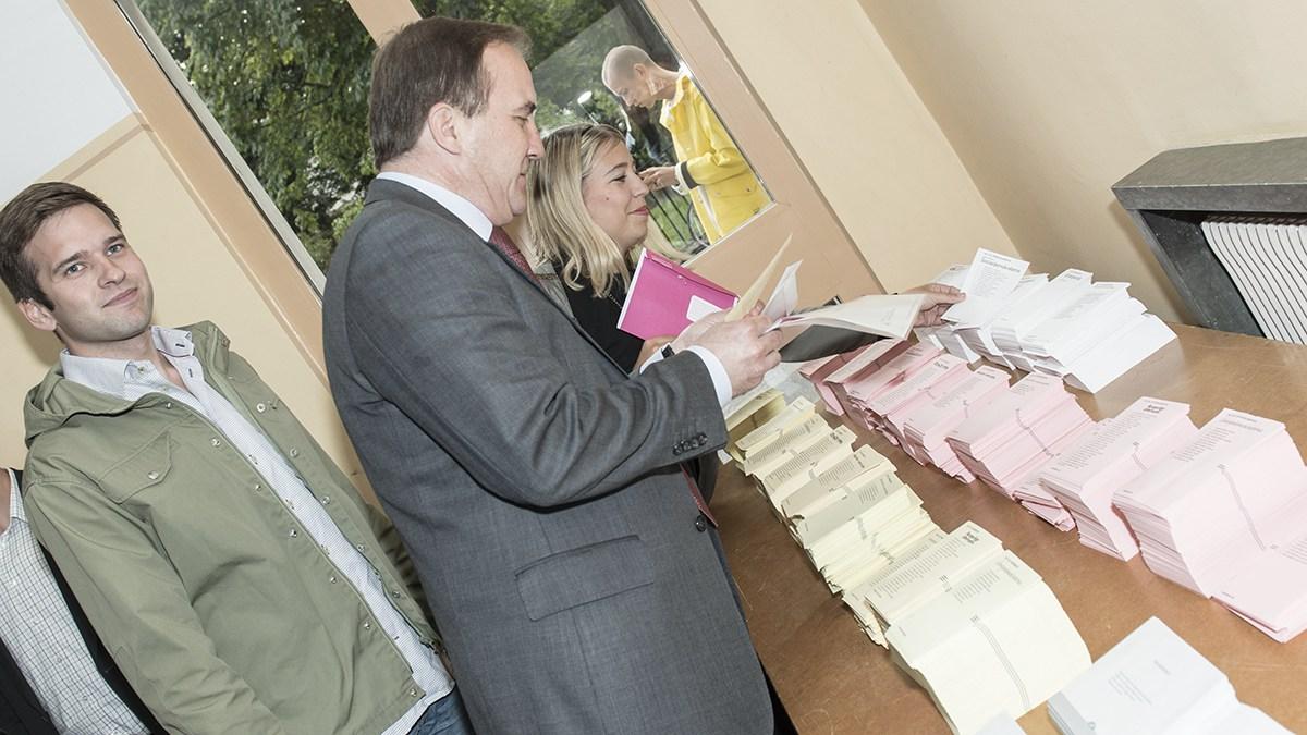 Stefan Löfven röstar i kyrkovalet 2013. Foto: Socialdemokraterna