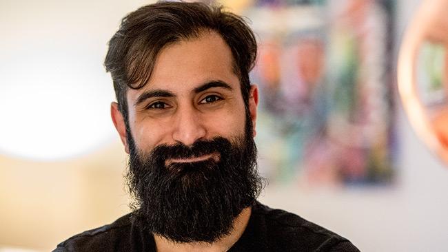 Hanif Bali (M) är glad. Foto: Nyheter Idag