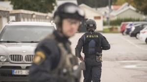 Piketpoliser beväpnade med automatvapen jagade pistolman i radhusområde utanför Stockholm
