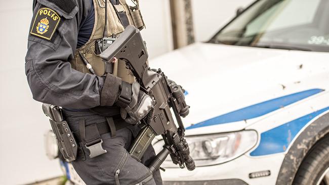 En polis med förstärkningsvapen. Genrebild. Foto: Nyheter Idag