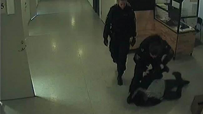 """""""Hora, fitta"""" skrek rånaren: Misshandlades av kvinnlig polis – Sen fick HON sparken från jobbet"""