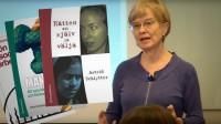 Astrid Schlytter vid en föreläsning vid Stockholms universitet, samt några av hennes böcker. Montage: Nyheter Idag