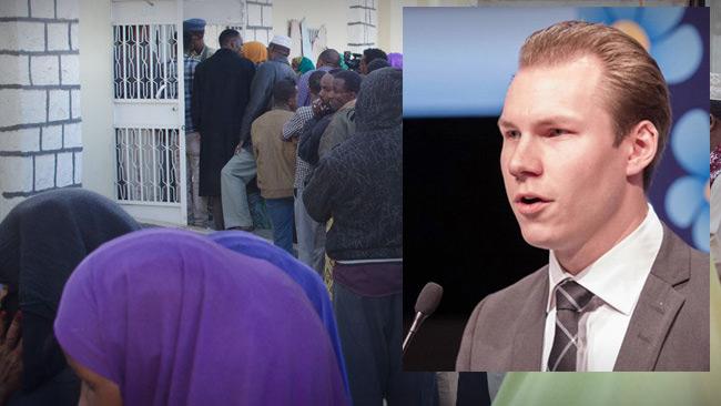 I bakgrunden, somaliländare som köar utanför vallokal. I förgrunden Markus Wiechel, SD.