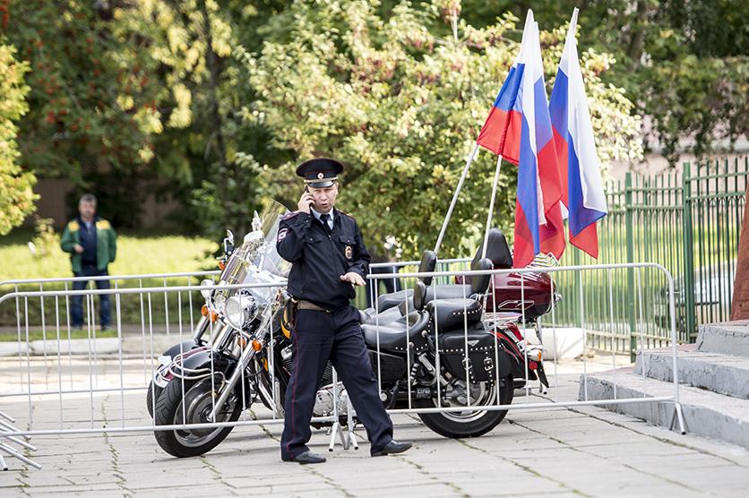 Även poliser och annat väntade utanför vallokalen. Foto: Nyheter Idag