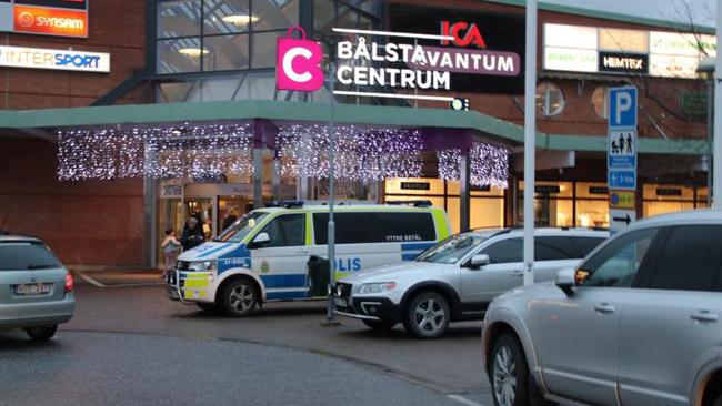 Polis utanför Bålsta centrum. Foto: Läsarbild