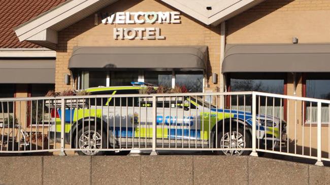 En polisbil står utanför hotellet. Foto: Läsarbild