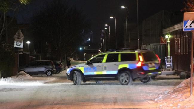 Stickskadad i samband med grovt rån: Polishelikopter söker tre gärningsmän