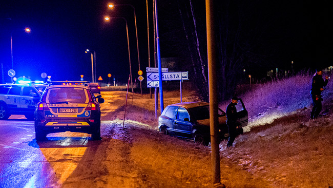 Poliser undersöker den misstänkta flyktbilen. Foto: Nyheter Idag