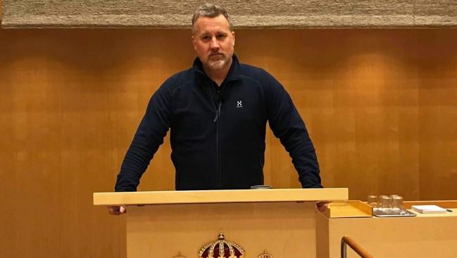 Foto: Privat Jonas Andersson kandiderar för Sverigedemokraterna i riksdagsvalet 2018. Bilden är från ett besök i riksdagshusets kammare.