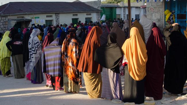 Kvinnor i Hargeisa i kö till vallokal. Foto: Nyheter Idag