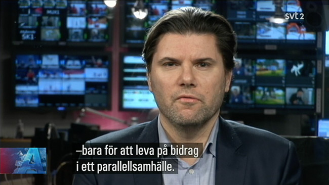 Mads Fuglede (venstre) i SVT Aktuellt. Foto: svtplay.se