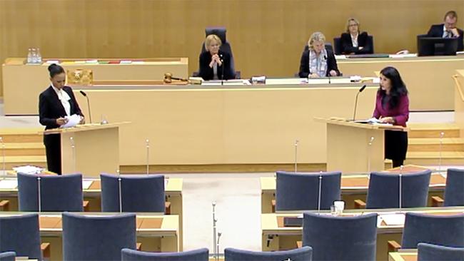 Foto: Skärmdump Riksdagens Webb-TV Alice Bah Kuhnke (MP) i debatt med Amineh Kakabaveh (V)