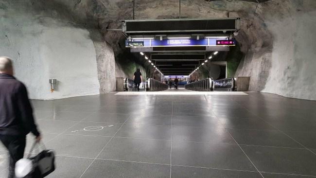 Kvinna attackerades av ett 20-tal gärningsmän i Stockholm – polisen avvaktar kamerabilder