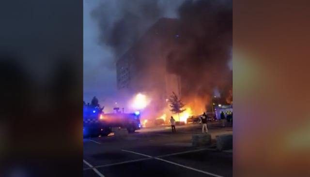 Stora bilbränder och explosioner i Göteborg – se lokale politikerns film från platsen (VIDEO)