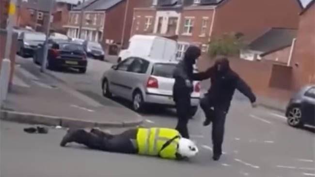Parkeringsvakt nedslagen och rånad – grov misshandel fångad på film