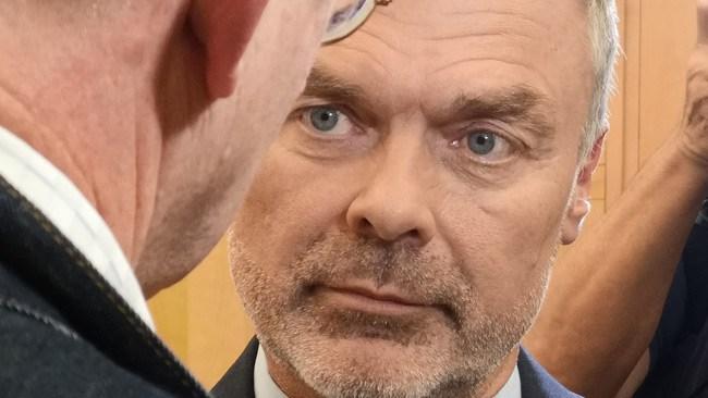 Ny kalldusch för L – utanför riksdagen i SVT/Novus