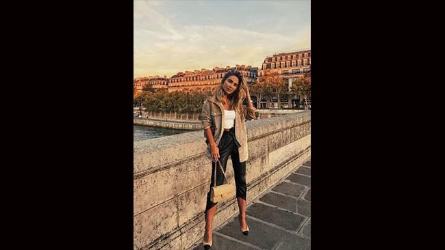 Avslöjad: Influencer klippte in sig själv i utlandsbilder