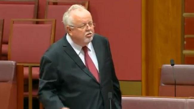 Australiensisk senator förklarar sig som kvinna under abortdebatt