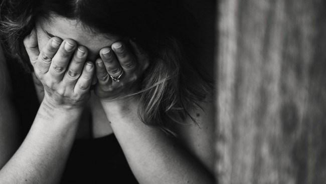 Kvinna våldtagen och rånad i svarttaxi – dumpades i vägkanten