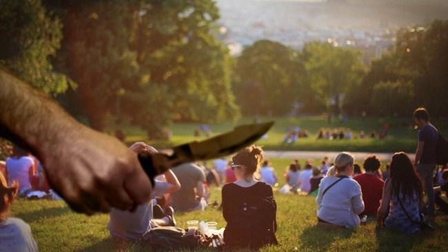 Gick runt i parken med kniv i handen – ville bli dödad av polis