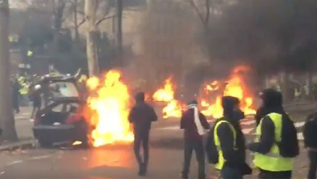 Trump hånar Parisavtalet när protesterna fortsätter i Frankrike