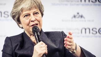 Pressad May: Omröstning om Brexit skjuts upp