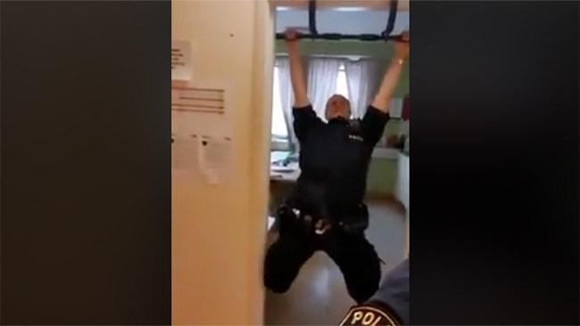 """""""Man behöver faktiskt inte klara en chins"""" Polisen skyltar med låga fyskrav"""