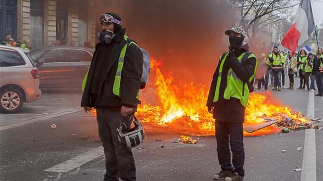 Fransk demonstrant fick handen bortsprängd av granat