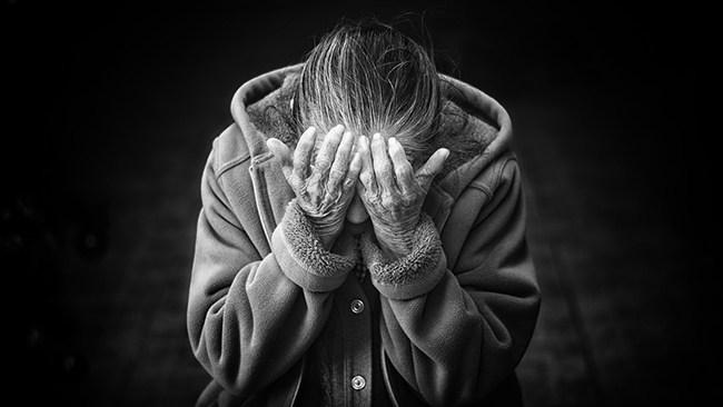 Allt fler äldre kvinnor hemlösa i Stockholm – nyanlända får gräddfil