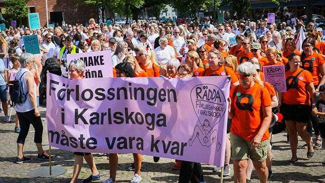 """Jättedemonstration mot nerläggning av BB i Karlskoga: """"Gör om och gör rätt"""""""